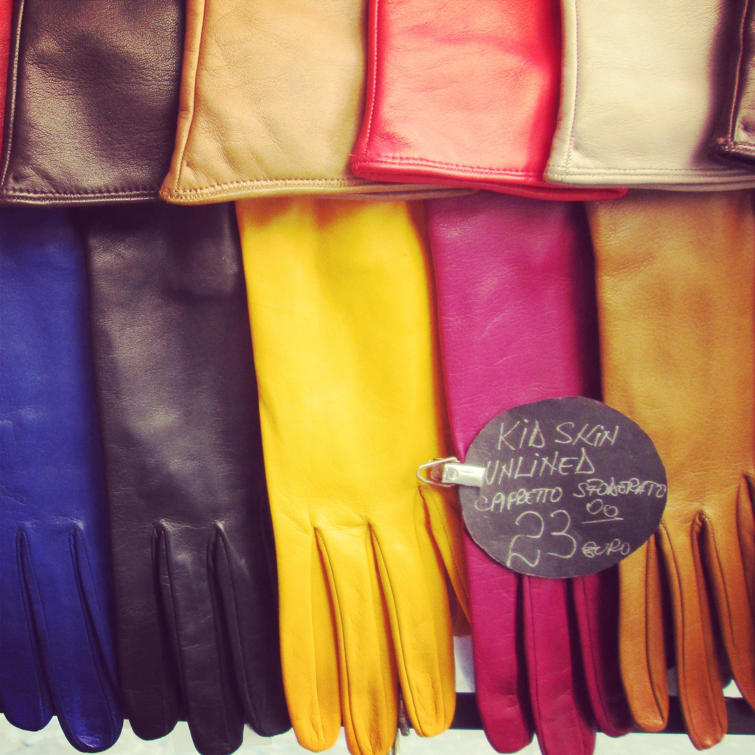 Choix infini de coloris pour les gants en cuir du marché San Lorenzo