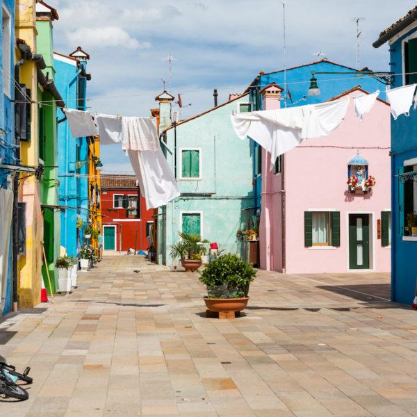 Facade de couleur vive casa burano en italie