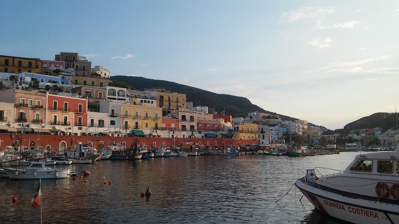 Vue sur le port de Ponza vacances en Italie