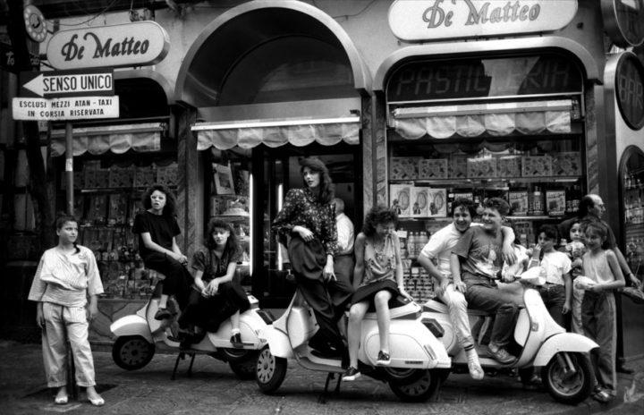 Photo en noir et blanc des rues de Naples